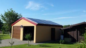 Garaż w Knurowie - panele są położone na obu stronach dachu
