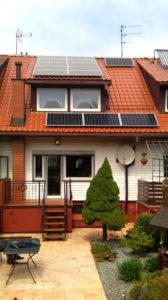 Lekka asymetria paneli pod oknami jest spowodowana koniecznością odsunięcia ogniw od komina (zastosowano również optymalizatory mocy)
