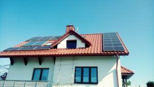 Dom jednorodzinny w okolicy Kędzierzyna - pod panelami poprowadzona została instalacja odgromowa w odpowiednich osołnach